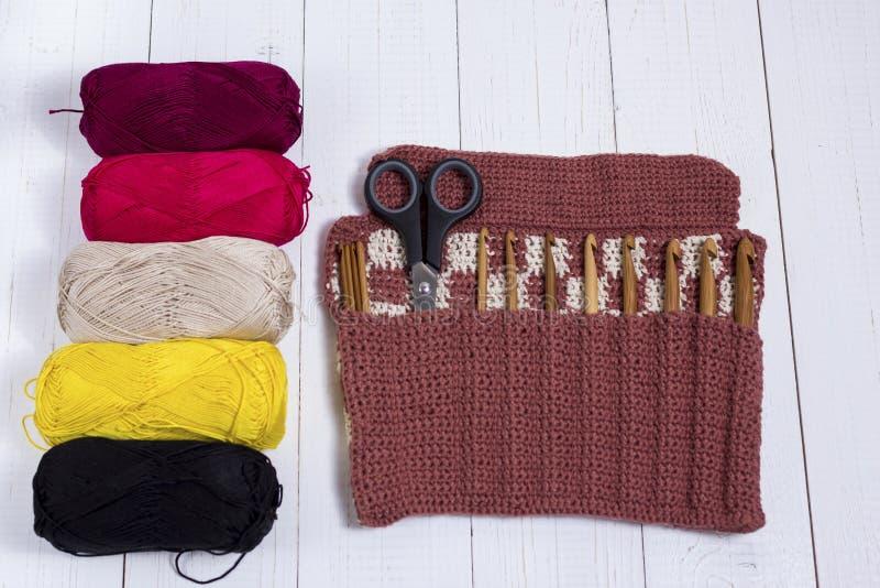 Ensemble de crochets de crochet en bambou, d'autocollant de couleur et de fil coloré photos libres de droits