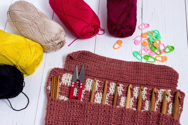 Ensemble de crochets de crochet en bambou, d'autocollant de couleur et de fil coloré image stock