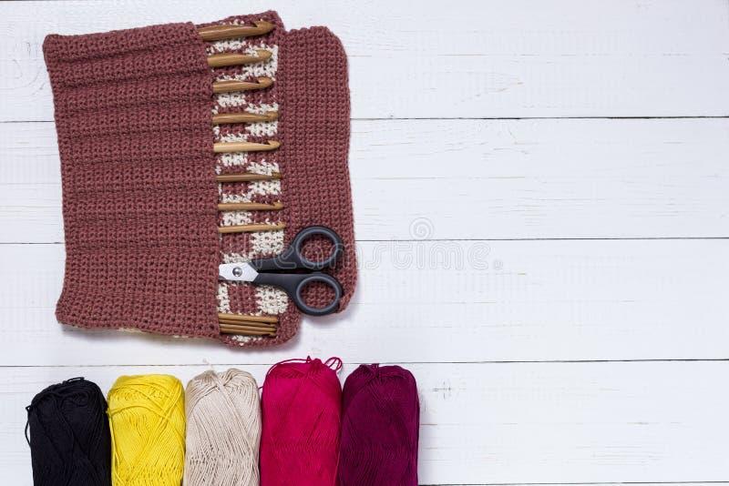 Ensemble de crochets de crochet en bambou, d'autocollant de couleur et de fil coloré photographie stock libre de droits