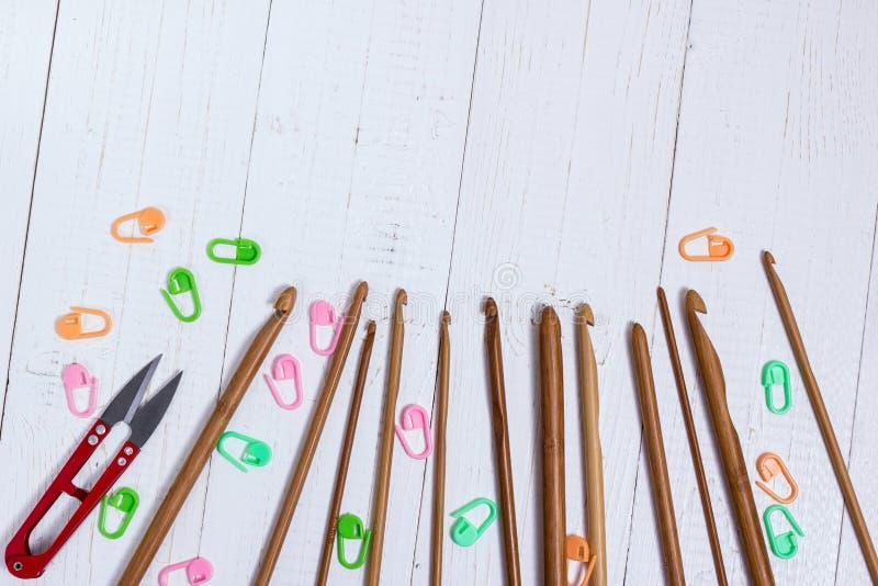 Ensemble de crochets de crochet en bambou, d'autocollant de couleur et de snippers rouges image stock