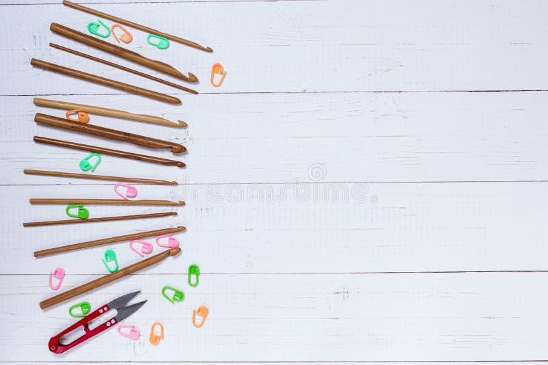 Ensemble de crochets de crochet en bambou, d'autocollant de couleur et de snippers rouges image libre de droits