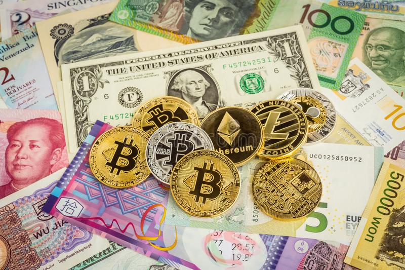 Ensemble de Cryptocurrency, bitcoins et billets de banque mondiaux d'argent photographie stock