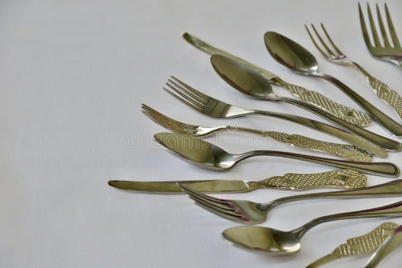 Ensemble de cuisine de fourchettes et de couteaux de cuill?res sur un fond blanc photos stock