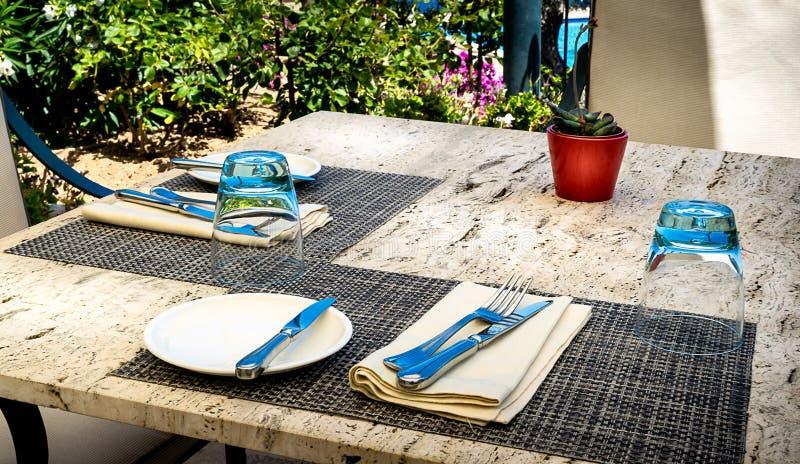 Ensemble de dîner méditerranéen de restaurant pour deux sur une table de marbre images libres de droits