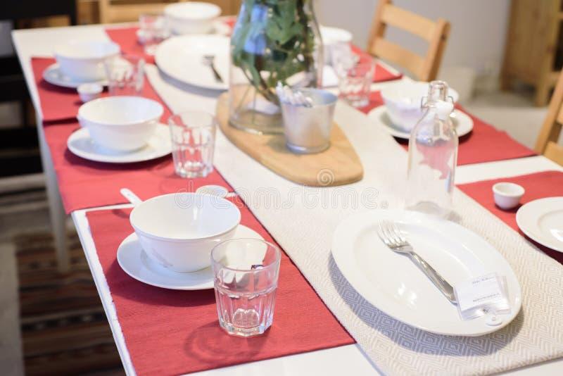 Ensemble de dîner sur la table photos stock