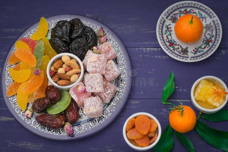 Ensemble de desserts orientaux Confiture d'oranges, kivi, pruneaux, lokum de rahat, écrous, mandarine, kaki, abricots secs, pista photo stock