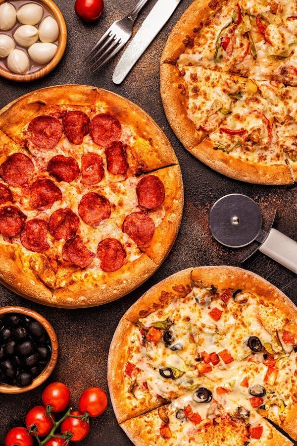 Ensemble de différentes pizzas - pepperoni, végétarien, poulet avec des légumes images stock