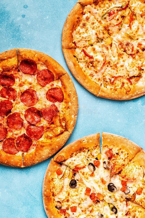 Ensemble de différentes pizzas - pepperoni, végétarien, poulet avec le VE photographie stock