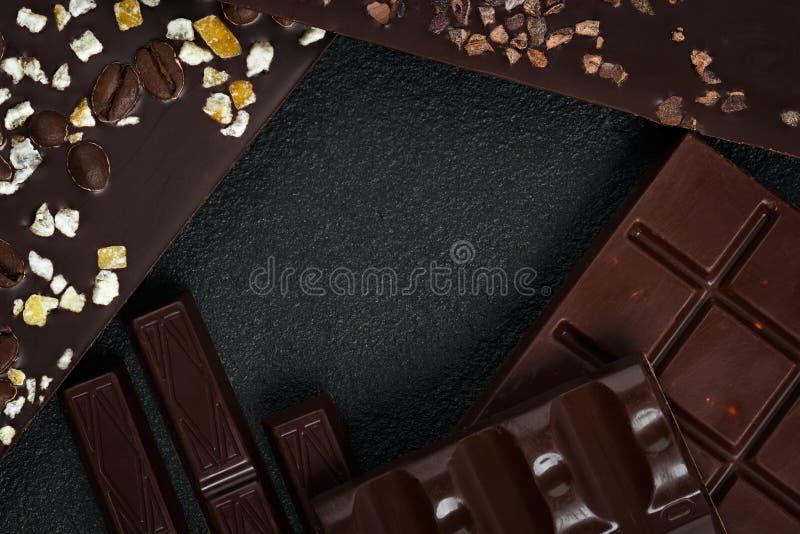 Ensemble de différentes variétés de chocolat avec des écrous, des raisins secs et f photographie stock libre de droits