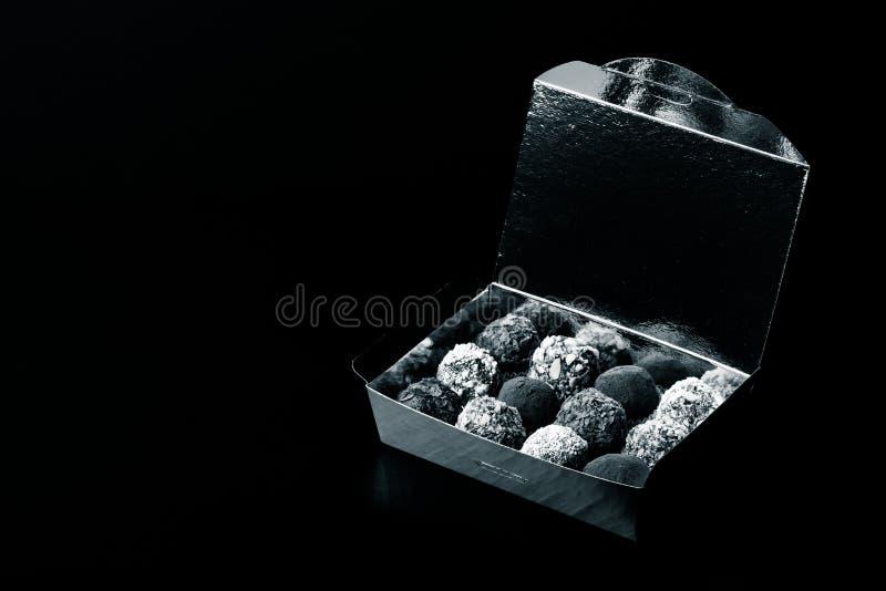 Ensemble de différents genres de truffes de chocolat faites maison dans un golde photographie stock