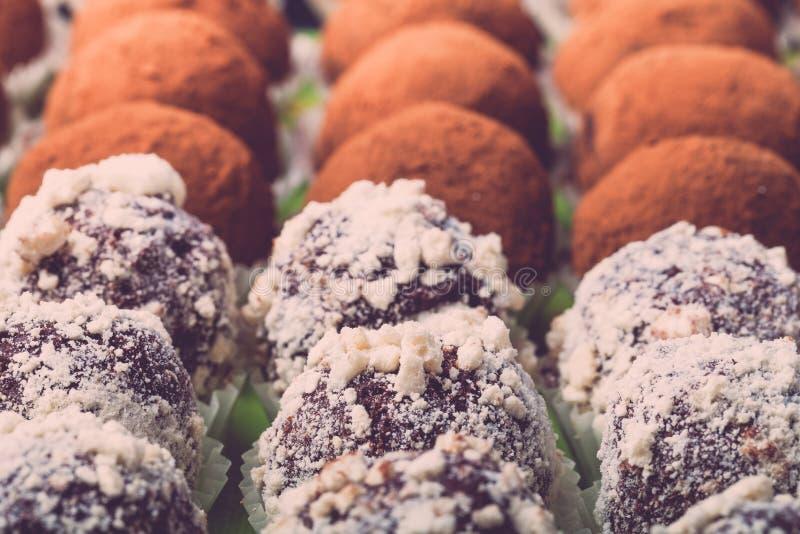 Ensemble de différents genres de truffes de chocolat faites maison sélecteur image stock