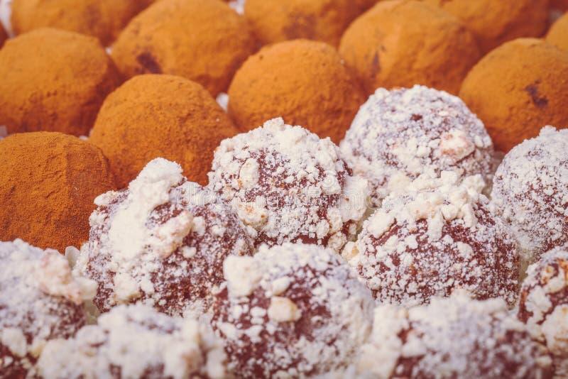 Ensemble de différents genres de truffes de chocolat faites maison sélecteur photo libre de droits