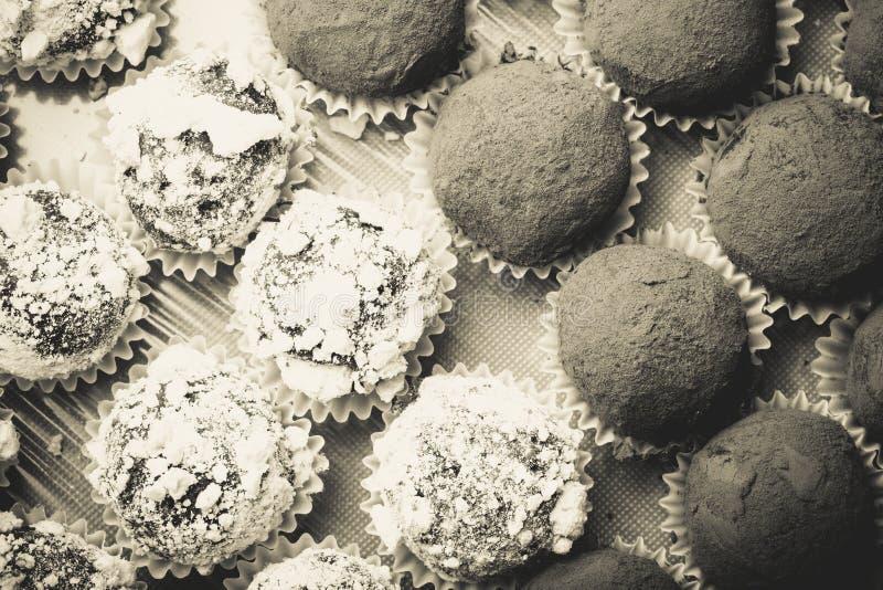 Ensemble de différents genres de truffes de chocolat faites maison toned photos stock