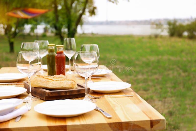 Ensemble de dishware sur la table dehors Pique-nique d'été photographie stock libre de droits