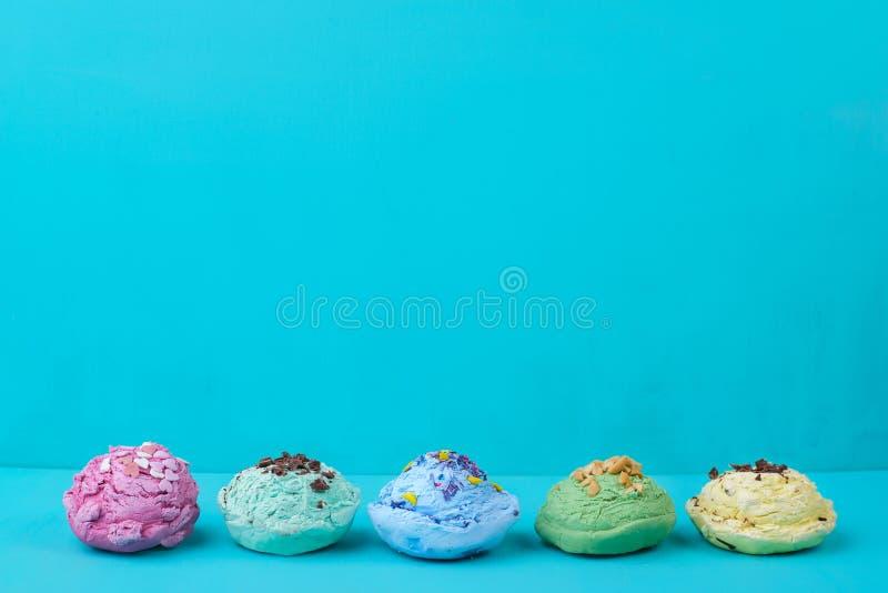 Ensemble de divers scoops assaisonnés de crème glacée avec du chocolat, sprinkl photographie stock