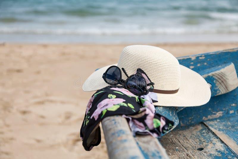 Ensemble de divers vêtements et accessoires pour des femmes sur la plage photographie stock libre de droits