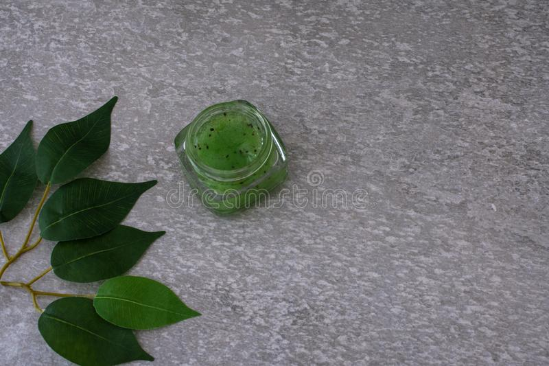Ensemble de empaquetage cosmétique sur le fond gris groupe d'huile de sérum de crème de soins de la peau produit cosmétique de st photo stock