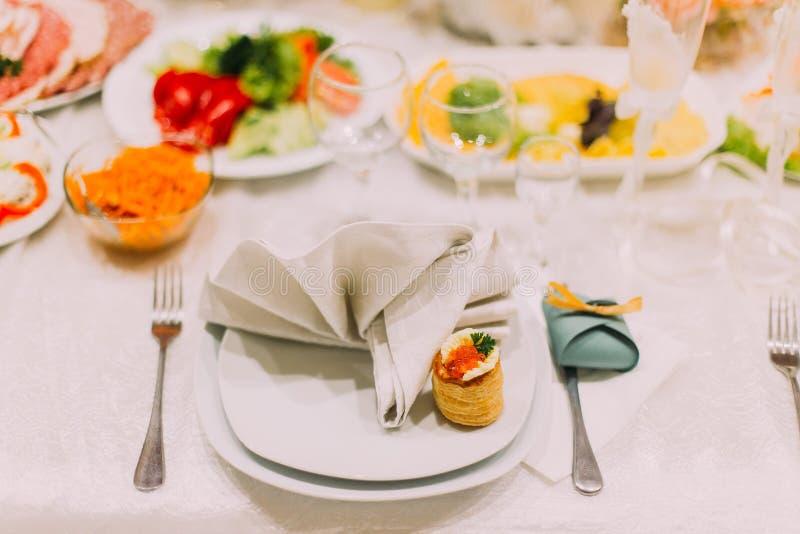 Ensemble de fantaisie de table pour épouser ou un dîner approvisionné différent d'événement photographie stock
