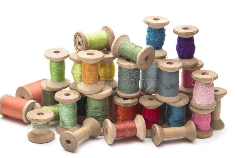 Ensemble de fil coloré pour coudre sur les bobines en bois, vintage image stock