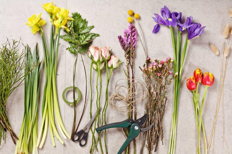Ensemble de fleurs pour faire le bouquet avec l'instrument photographie stock libre de droits