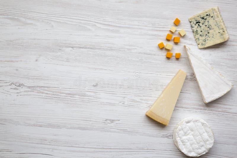 Ensemble de fromage différent sur un fond en bois blanc avec l'espace de copie, vue supérieure Nourriture pour le vin Configurati photos libres de droits