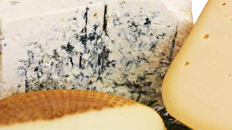 Ensemble de fromage Roquefort avec le moule bleu, le cheddar et le fromage fumé photo libre de droits