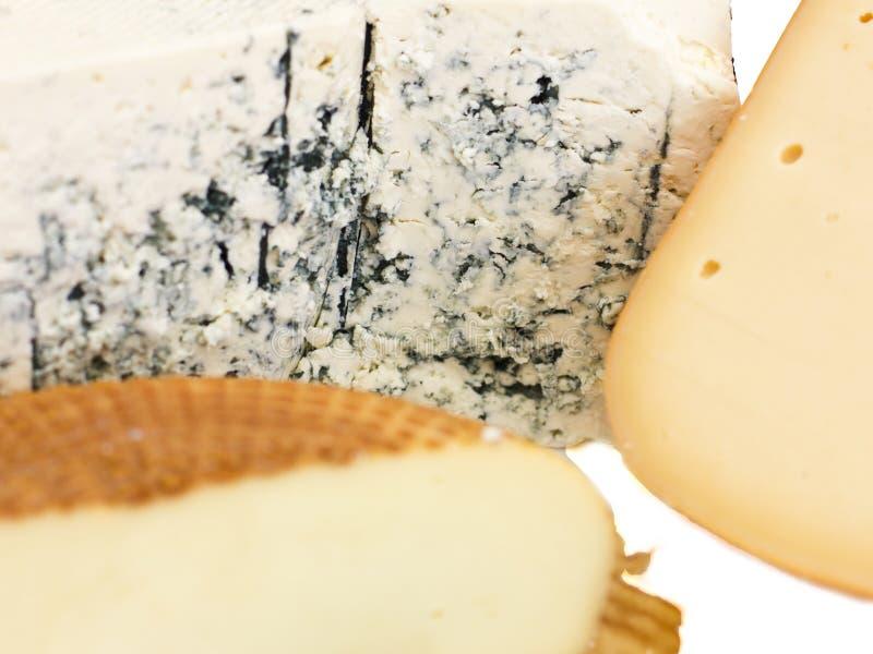Ensemble de fromage Roquefort avec le moule bleu, le cheddar et le fromage fumé photos stock