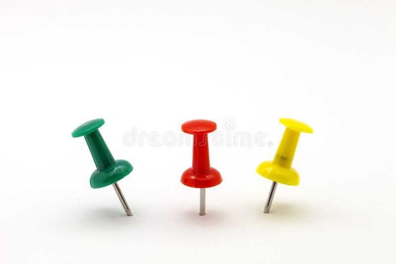 Ensemble de goupilles colorées de poussée de couleur d'isolement sur le fond blanc photo libre de droits