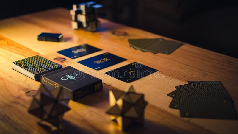 Ensemble de jeu de carte sur la faible luminosit? image stock