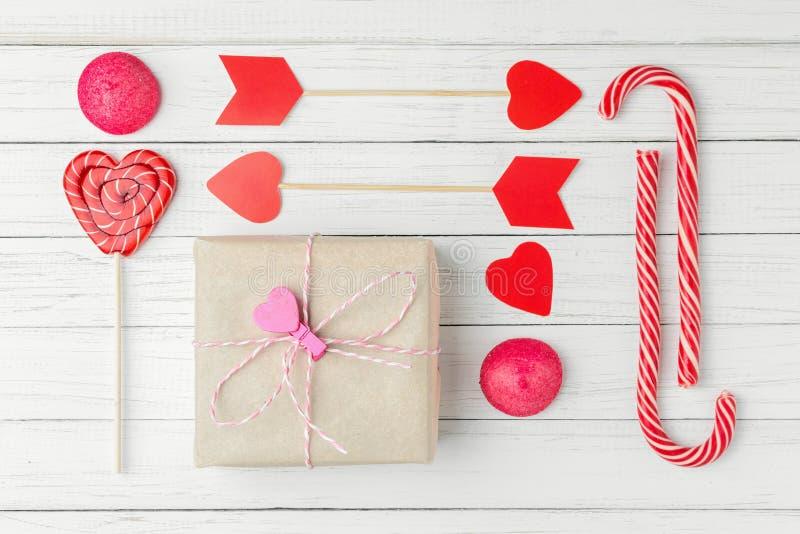 Ensemble de jour de valentines avec le coeur de coupe de sucrerie, de boîte-cadeau et de papier sur un fond en bois blanc, config photos libres de droits