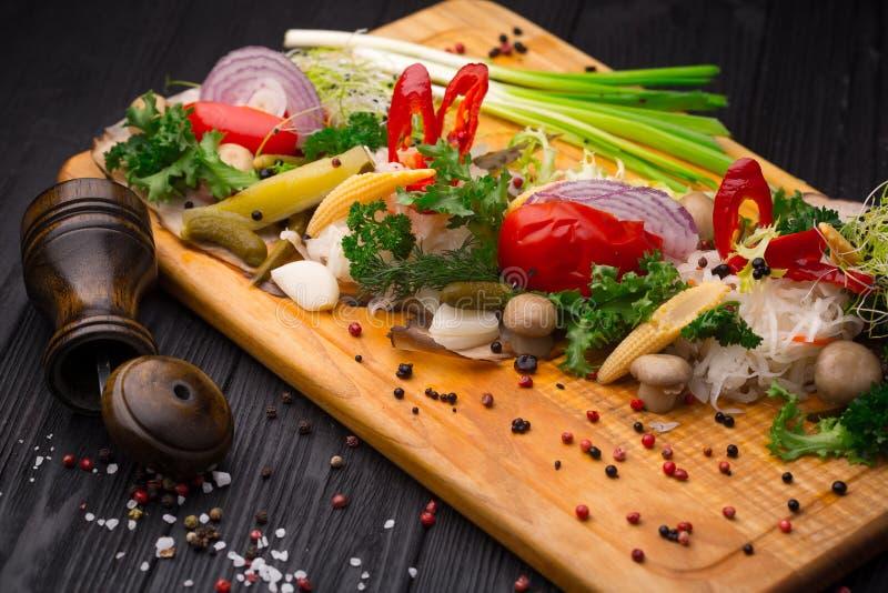 Ensemble de légumes marinés sur le noir image libre de droits