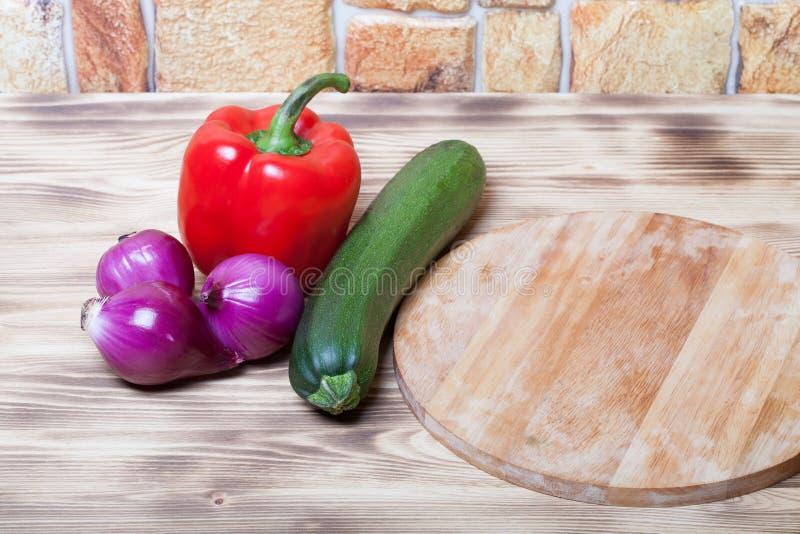 Ensemble de légumes sur le fond brûlé en bois clair photo libre de droits