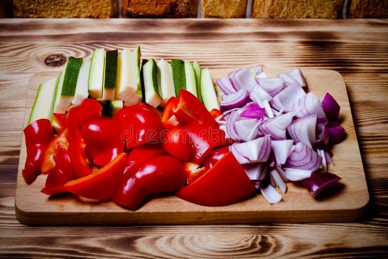Ensemble de légumes sur le fond brûlé en bois clair toned images libres de droits