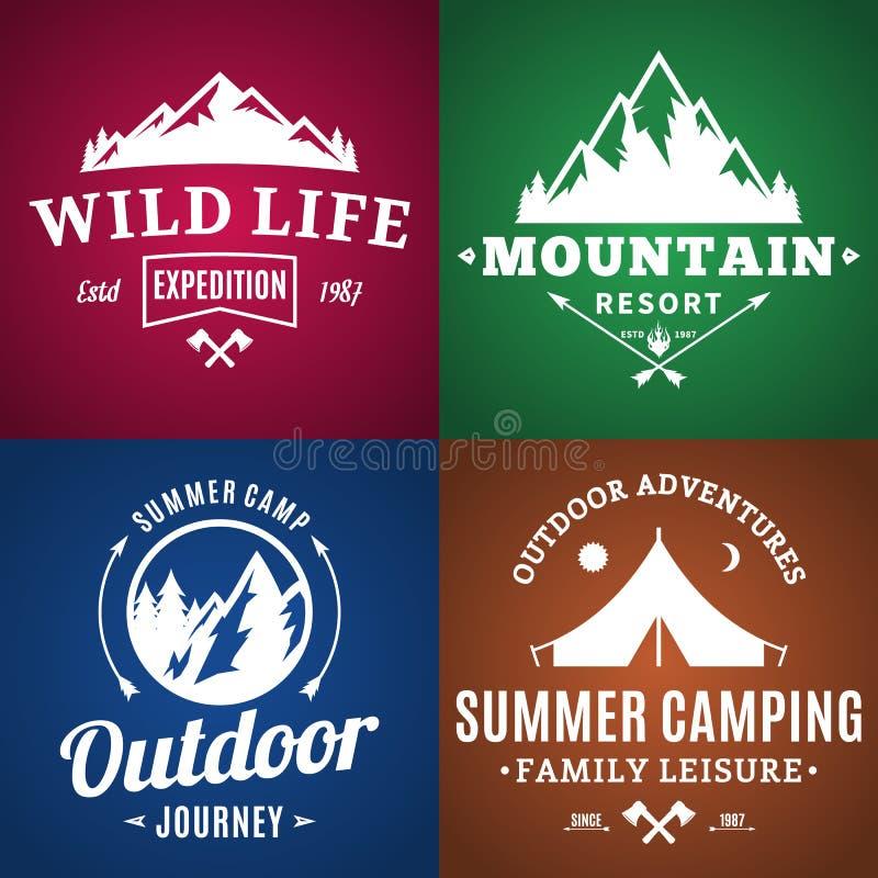 Ensemble de labels de camping et d'activité en plein air illustration stock