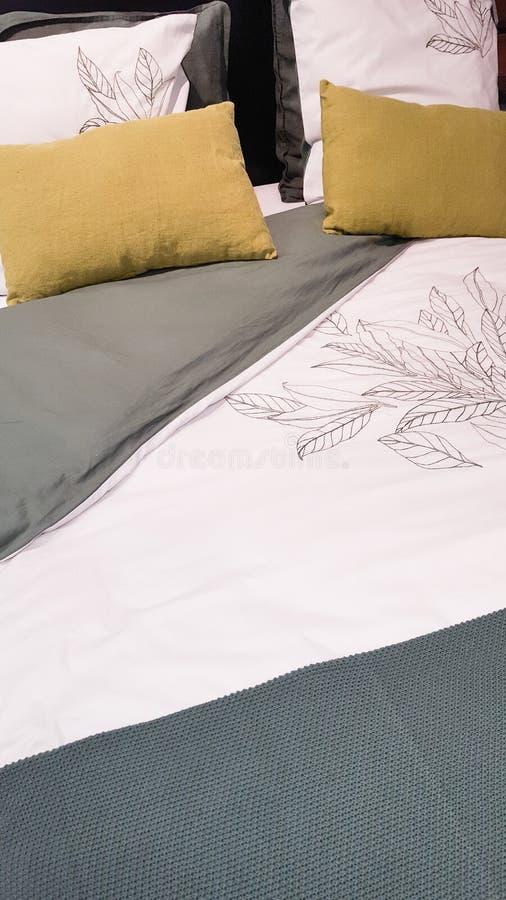 Ensemble de lit et d'oreiller avec le coureur de lit dans la chambre à coucher à la maison photographie stock libre de droits