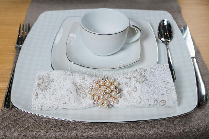 Ensemble de luxe classique blanc de vaisselle photographie stock libre de droits
