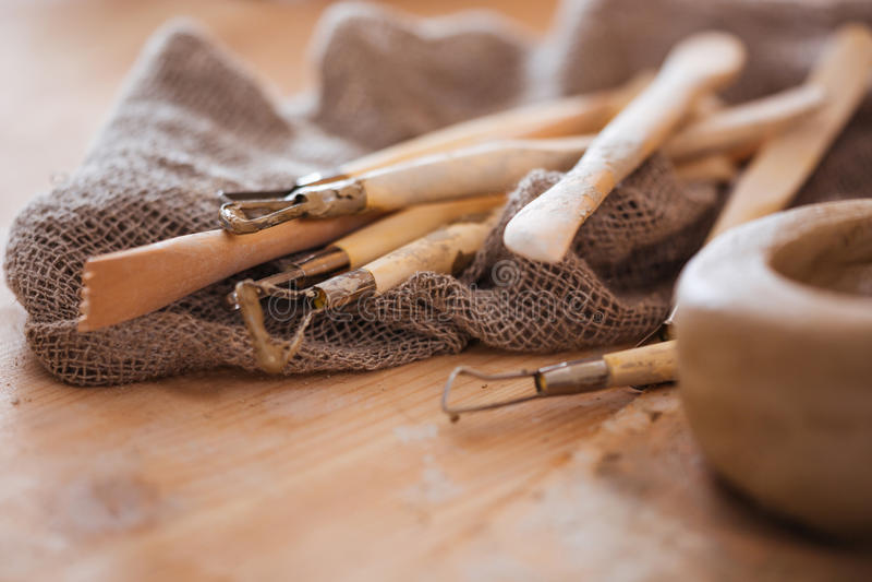Ensemble de métier sale sculptant des outils dans l'atelier de poterie image libre de droits