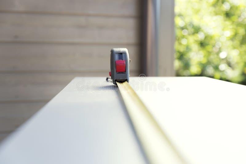 Ensemble de meubles Bande de mesure de construction sur la pièce de meubles de carton gris Fabrication des buffets photo libre de droits