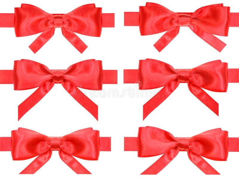 Ensemble de noeuds rouges d'arc sur des rubans de satin d'isolement photographie stock libre de droits