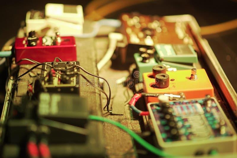 Ensemble de pédales de guitariste avec beaucoup de boutons photo libre de droits