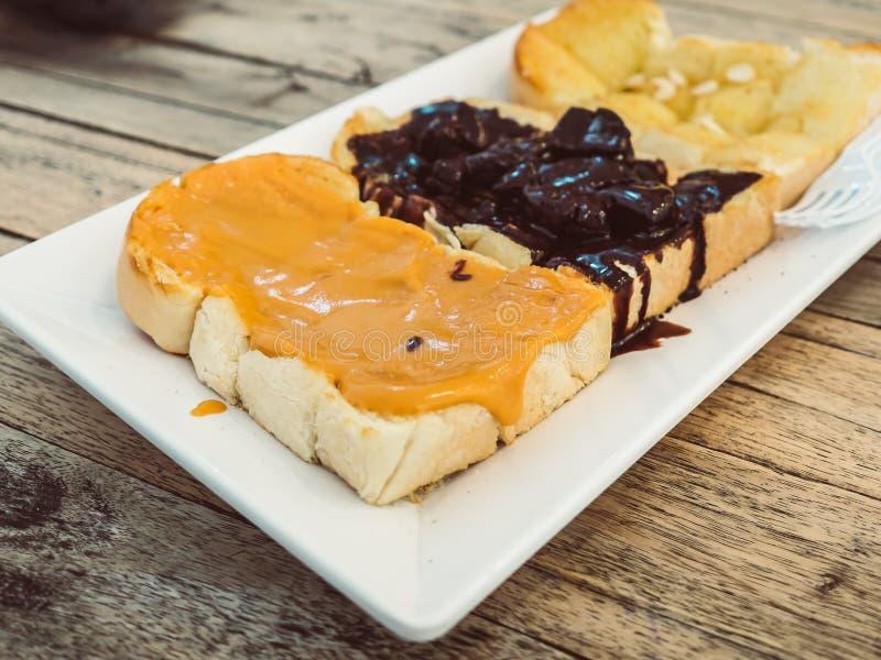 Ensemble de pains de pain grillé avec le beurre d'arachide différent d'écrimage, chocol images libres de droits
