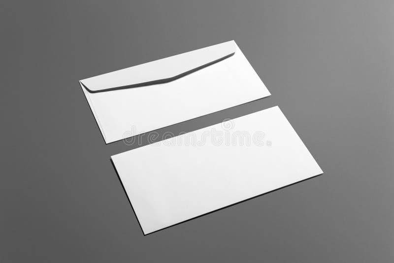 Ensemble de papeterie d'enveloppes de blanc d'isolement sur le gris photographie stock
