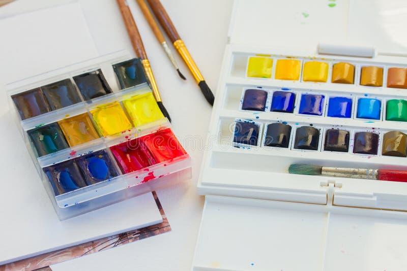 Ensemble de peintures d'aquarelle avec des brosses image libre de droits