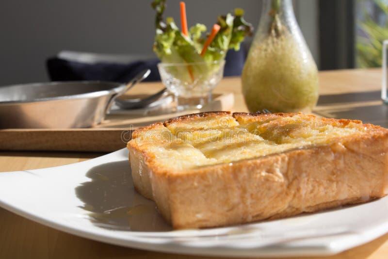 Ensemble de petit déjeuner de matin ou temps de pause-café, écrimage de pain de pain grillé image libre de droits