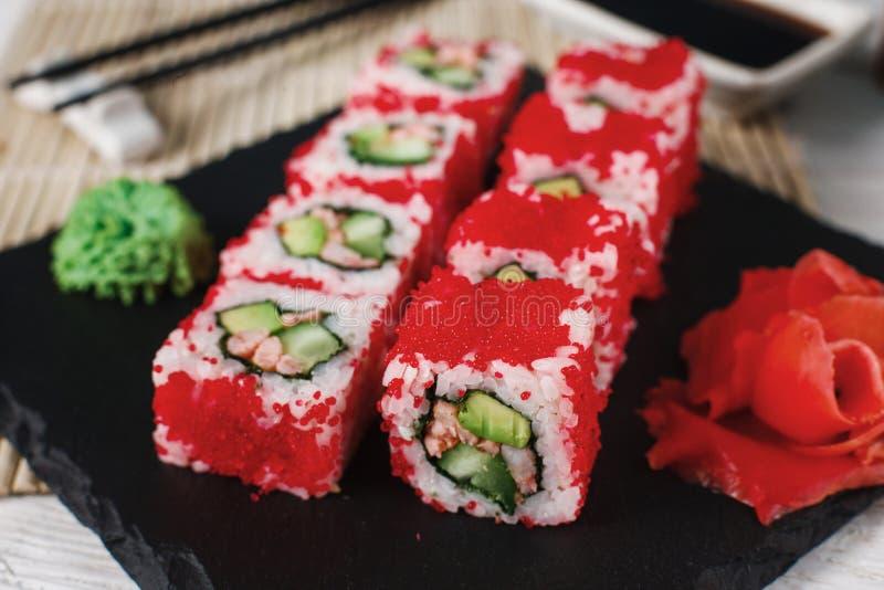 Ensemble de petits pains de sushi avec le tobiko rouge Nourriture japonaise photographie stock