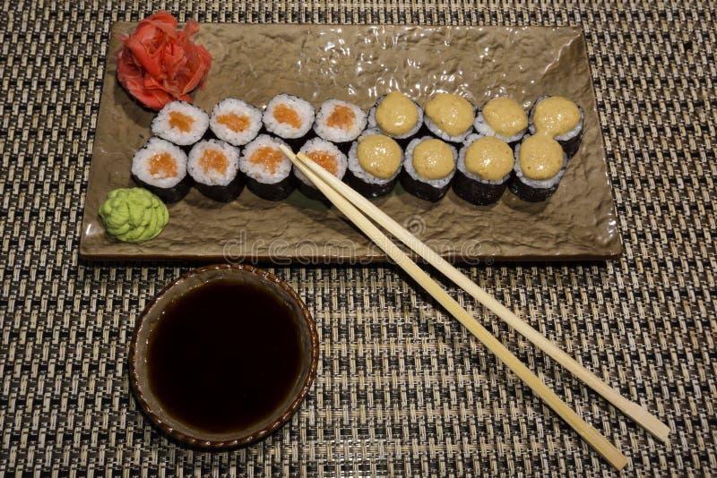 Ensemble de petits pains de sushi Hosomaki d'un plat stylisé rectangulaire photographie stock