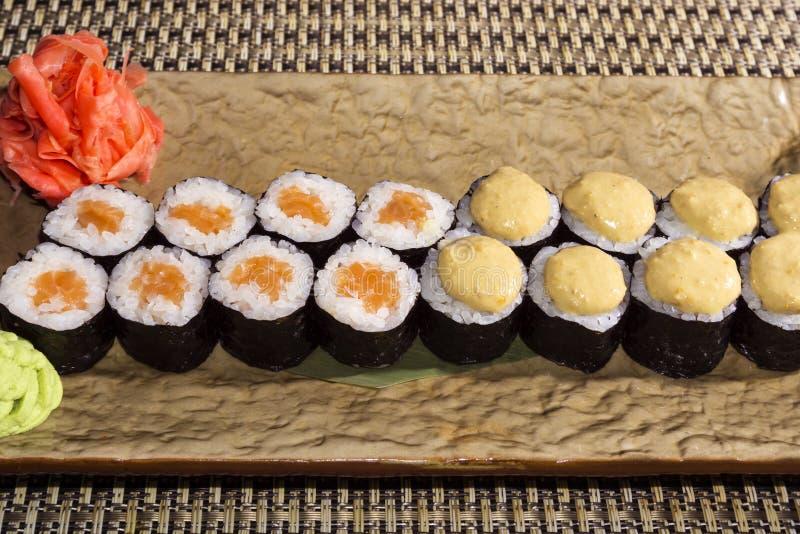 Ensemble de petits pains de sushi Hosomaki sur un plan rapproché stylisé rectangulaire de plat photographie stock