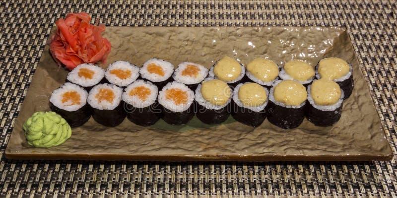 Ensemble de petits pains de sushi Hosomaki sur un plan rapproché stylisé rectangulaire de plat images stock