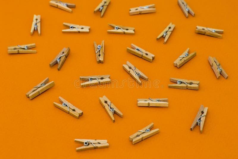 Ensemble de pinces à linge en bois sur le fond orange images libres de droits