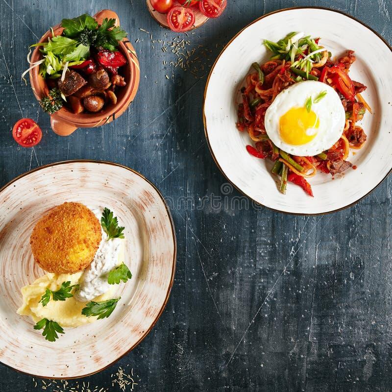 Ensemble de plat principal de restaurant avec Fried Chicken Kiev, La de Kaurma images libres de droits